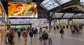 Social Spots von Youth for Human Rights werden im Hauptbahnhof in Zürich gezeigt