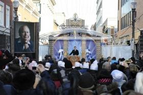1500 Scientologen und Bürger aus ganz Kanada und den Vereinigten Staaten füllten die Straße vor der 665 Rue Saint-Joseph im Herzen des Stadtteils Nouveau Saint-Roch, um die Einweihung dieser neuen Kirche zu feiern.
