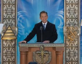 David Miscavige, der Vorsitzende des Vorstands Religious Technology Center und kirchliches Oberhaupt der Scientology Religion, weihte die neue Scientology Kirche Quebec ein.