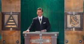 David Miscavige, kirchliches Oberhaupt der Scientology Religion und Vorsitzender des Vorstands Religious Technology Center, weihte die neue Scientology Kirche des US-Bundesstaates Washington an.