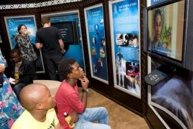 Die Besucher des neuen Scientology Lebensverbesserungszentrums schauten sich die Multimedia-Displays an, welche die Anschauungen der Scientology und ihre Ausübung, das Leben und Vermächtnis des Gründers L.Ron Hubbard und die globalen humanitären Programme und Programme zur Verbesserung der Gesellschaft veranschaulichen.