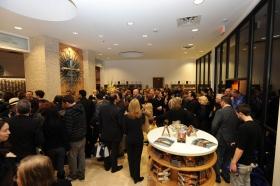 Nach der Durchtrennung des Einweihungsbands des vollständig renovierten Gebäudes an der 2761 Emerson Avenue besichtigten Scientologen und Gäste die neue Scientology Kirche und Celebrity Centre Las Vegas.