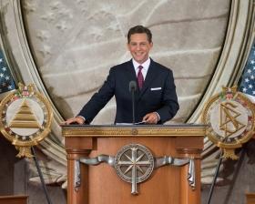 David Miscavige, Vorsitzender des Vorstands RTC und kirchliches Oberhaupt der Scientology Religion, nahm die Einweihung dieser neuen Kirche in der Hauptstadt der USA vor.