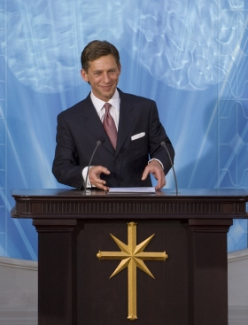 David Miscavige, kirchliches Oberhaupt der Scientology Religion, weihte Spaniens Nationale Scientology Kirche ein und hieß die Tausenden Anwesenden in ihrer neuen Kirche willkommen.
